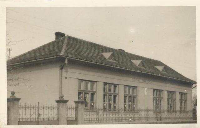 Az iskola épülete (Fotó: az iskolai krónikából)
